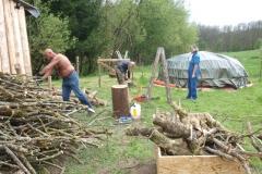 Holzaufschlichten für die nächsten Schwitzhütten